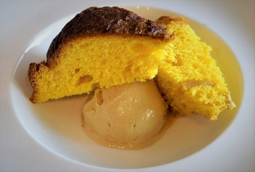 panettone artigianale con gelato alla liquerizia prodotto dallo chef Chiarelli e dal maestro gelatiere Guizzetti.
